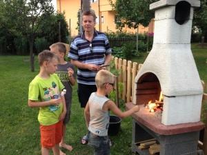 Grillen im Garten mit Kinder