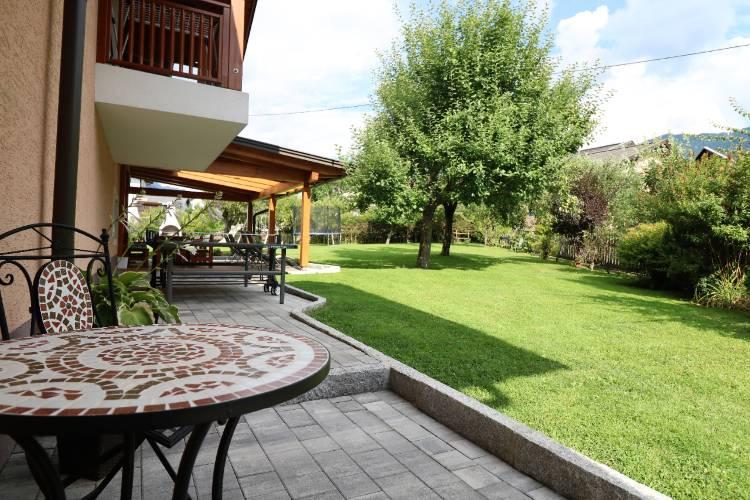 Großer grüner Garten von Appartements Umfahrer am Nassfeld